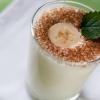 Як зробити молочний коктейль з бананом, полуницею, морозивом в блендері?