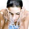 Мінеральна вода без газу для вмивання особи