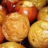 Печені яблука в духовці - ароматний і корисний десерт